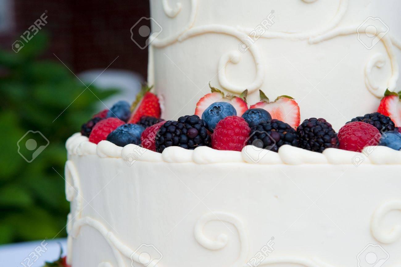 Mehrschichtige Weiss Hochzeitstorte Mit Obst Lizenzfreie Fotos