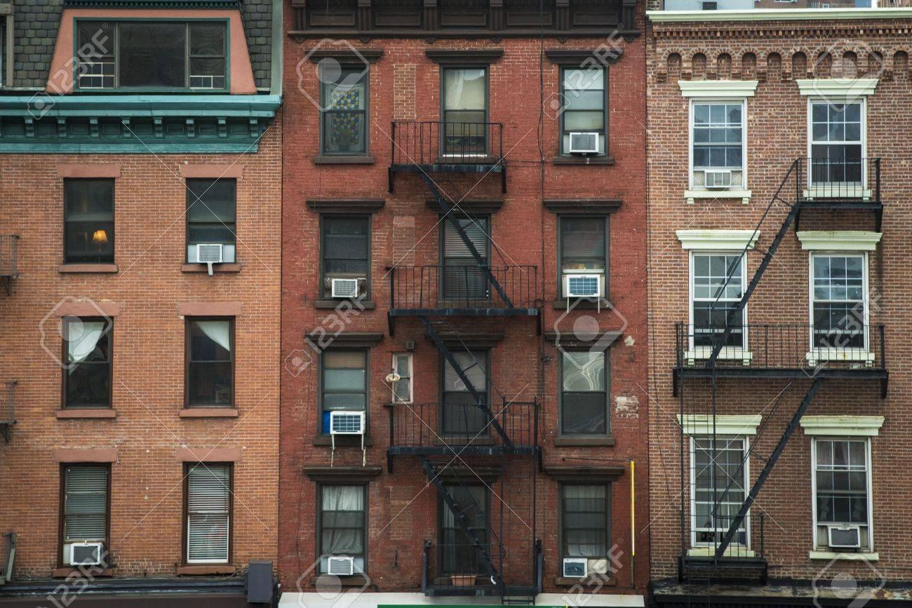 viejos edificios de y las escaleras de incendios nueva york foto de archivo
