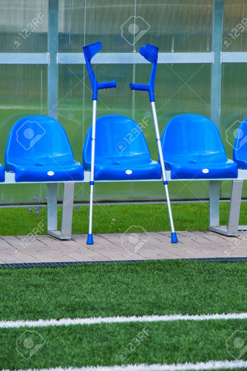 Béquille à Sièges En Plastique Bleu Sur Lextérieur Du Stade Joueurs Banc Préside Avec La Nouvelle Peinture Sous Le Toit De Plastique Transparent