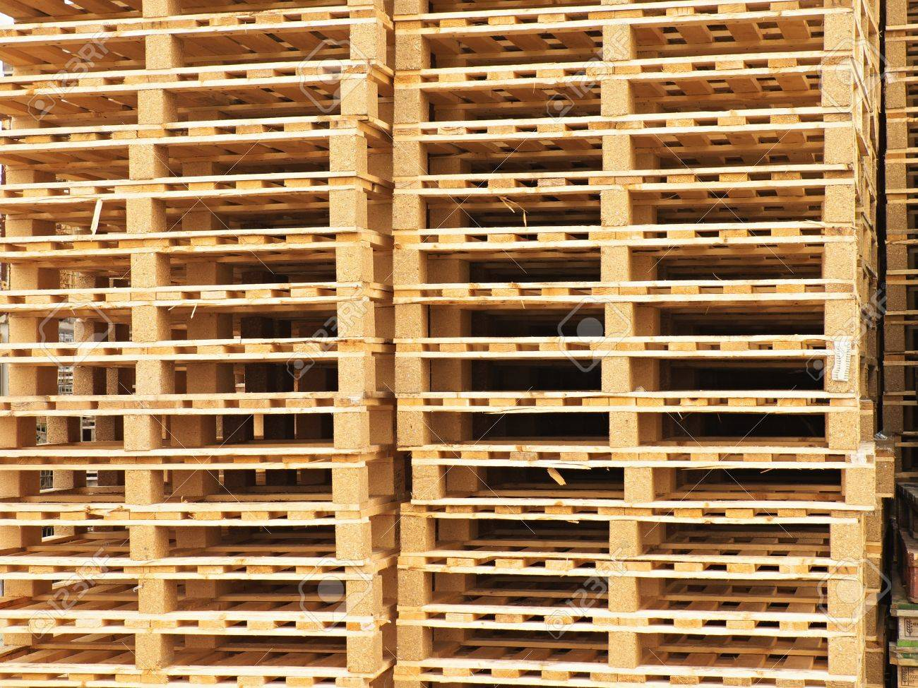 foto de archivo textura de euro palets de madera equipada en alta columna - Europalets
