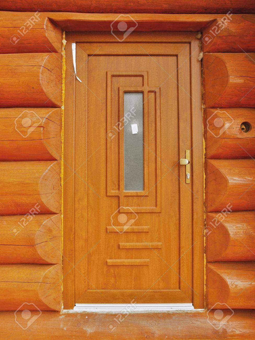 Detail Neu Gebautes Tür In Holzbalken Kabinenwand Gebaut. Lackiertem ...