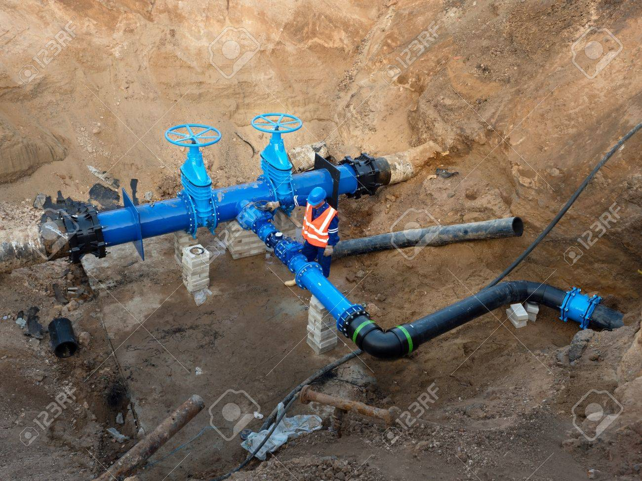 Technical expert open gate valve on 500mm drink water pipes joined