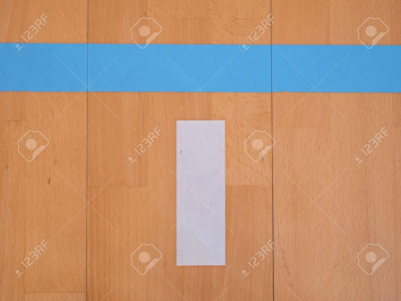 Holzfußboden Erneuern ~ Weiße und blaue linie im sporthalle spielplatz. erneuerung holzboden