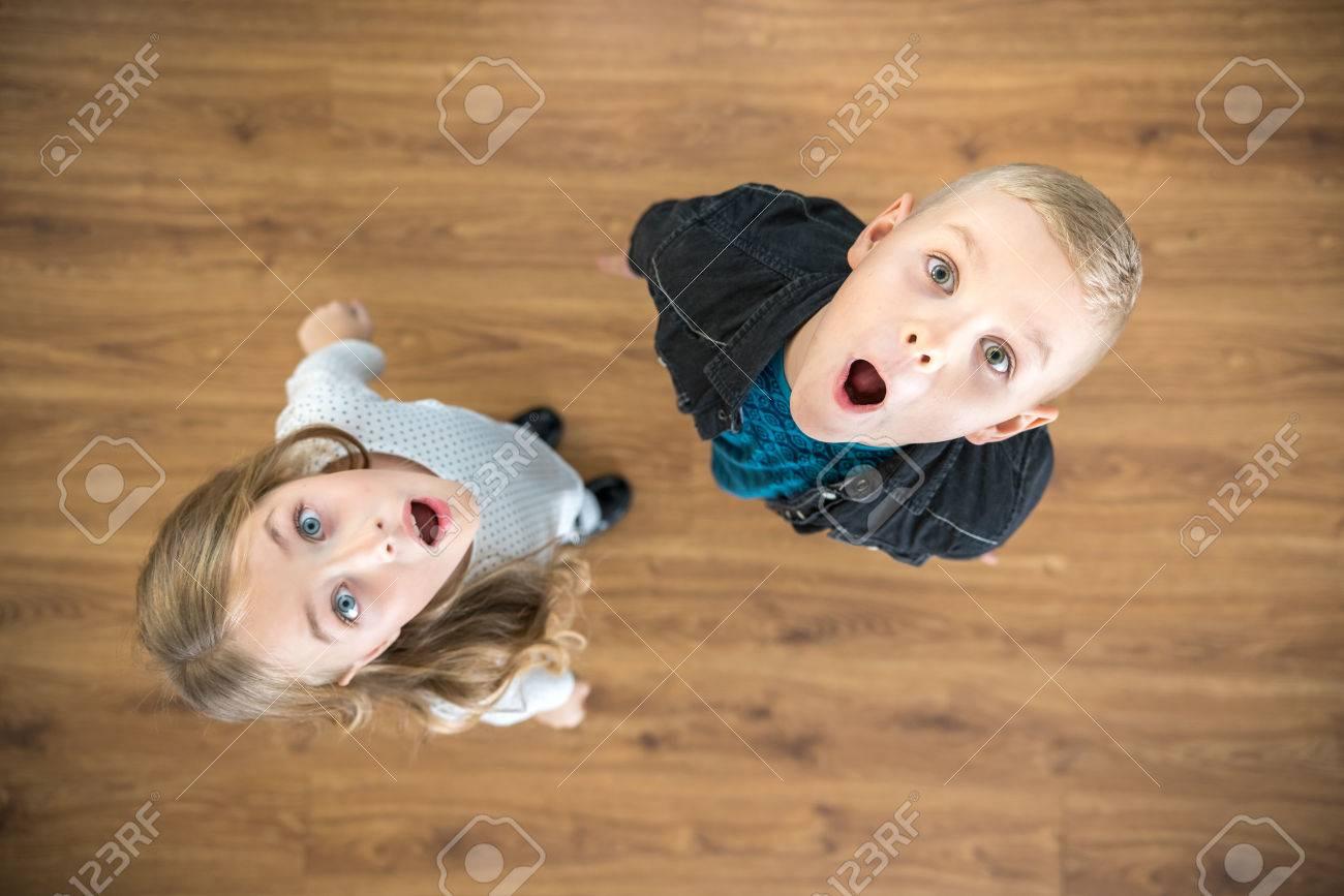 Los Dos Ninos Sorprendidos Miran Hacia Arriba Vista Desde Arriba