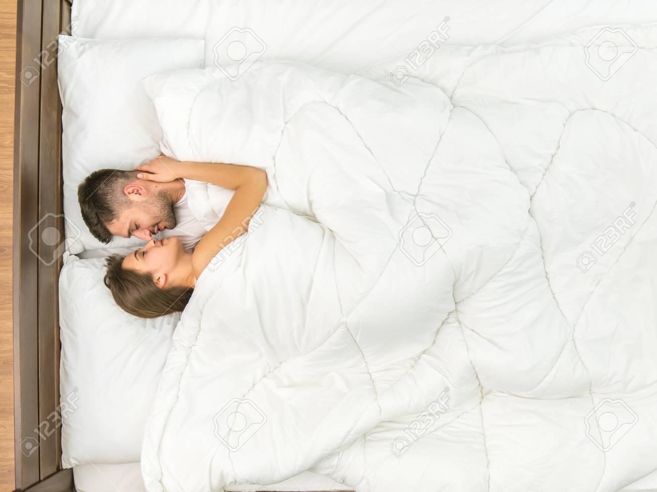 Das Paar Küsst Sich Auf Dem Bett Mit Weißer Bettwäsche Sicht Von