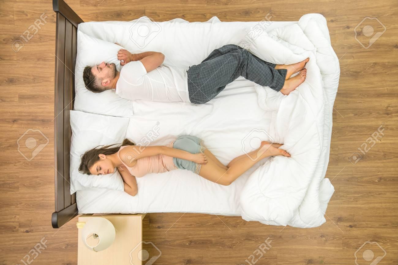 Das Paar Schlaft Auf Dem Bett Sicht Von Oben Lizenzfreie Fotos