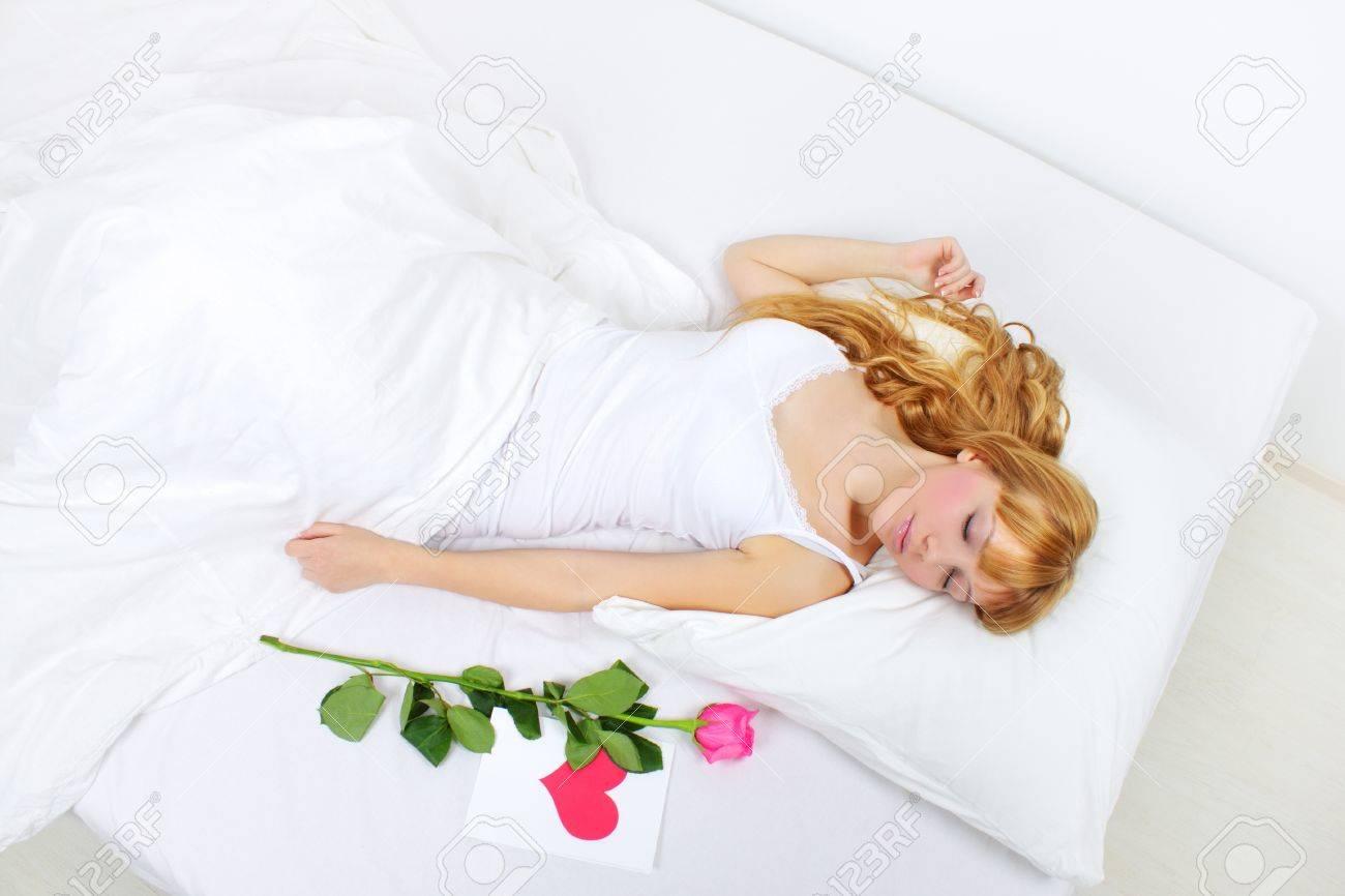 Спящая молодая девушка 5 фотография