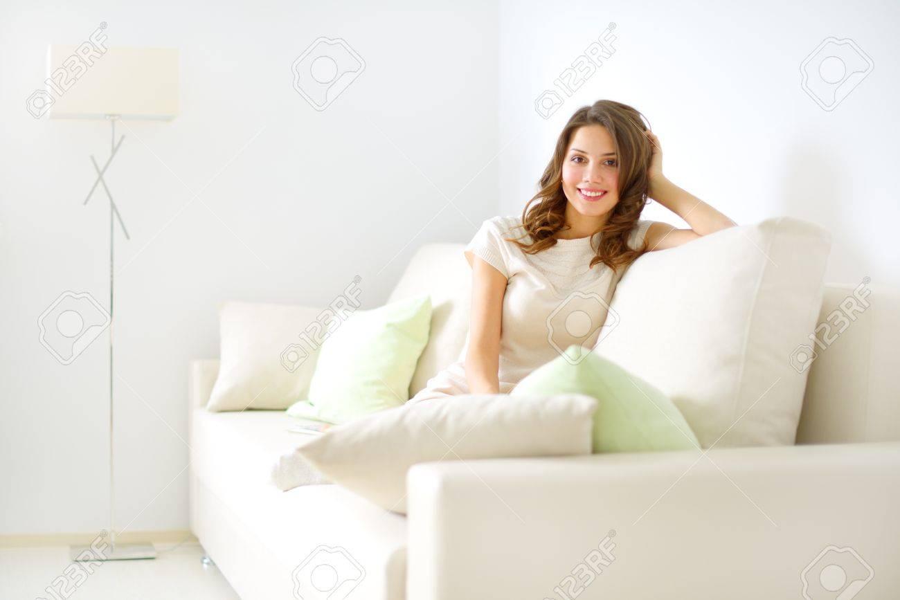 Фото девочка на диване 17 фотография