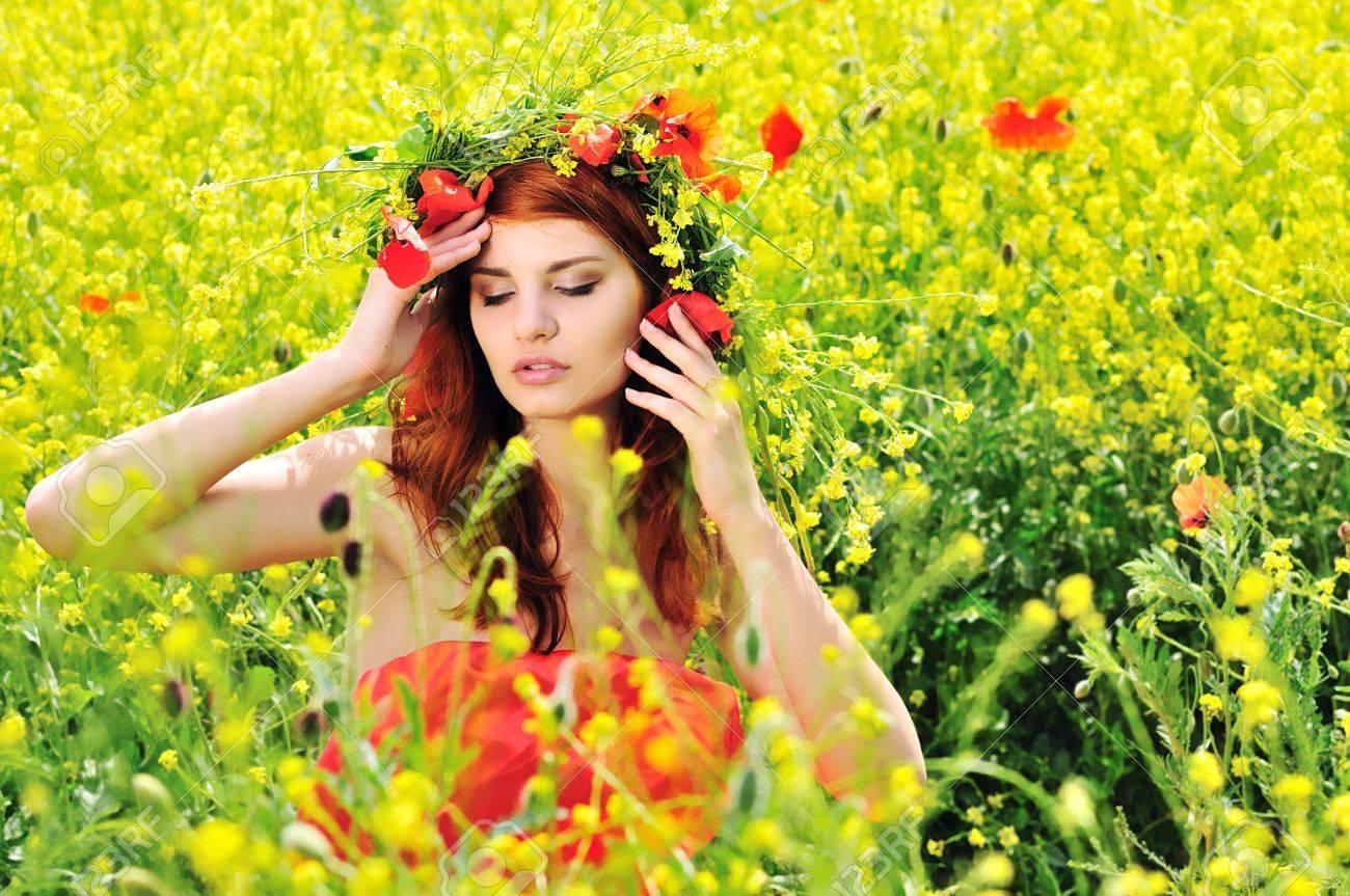 Рыжая девушка модель на лугу фото 745-309