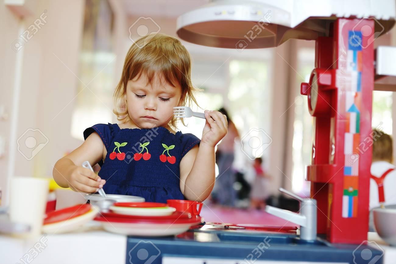 Kleinkind Mädchen Spielen Spielzeug Küche Lizenzfreie Fotos, Bilder ...