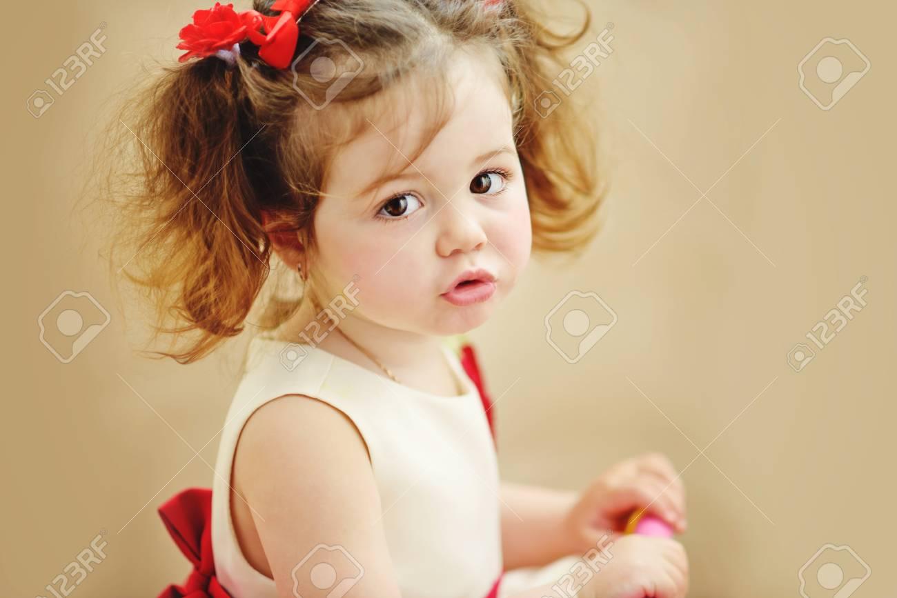 Süßen Kleinkind Mädchen Mit Frisur In Der Kleidung Lizenzfreie Fotos