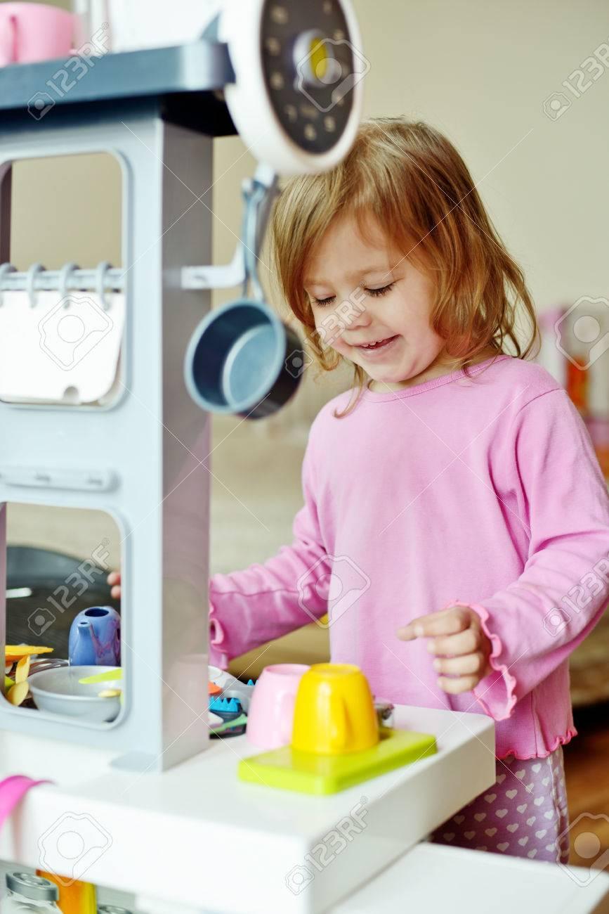Kleinkind Mädchen Spielen Mit Küche Zu Hause Lizenzfreie Fotos ...
