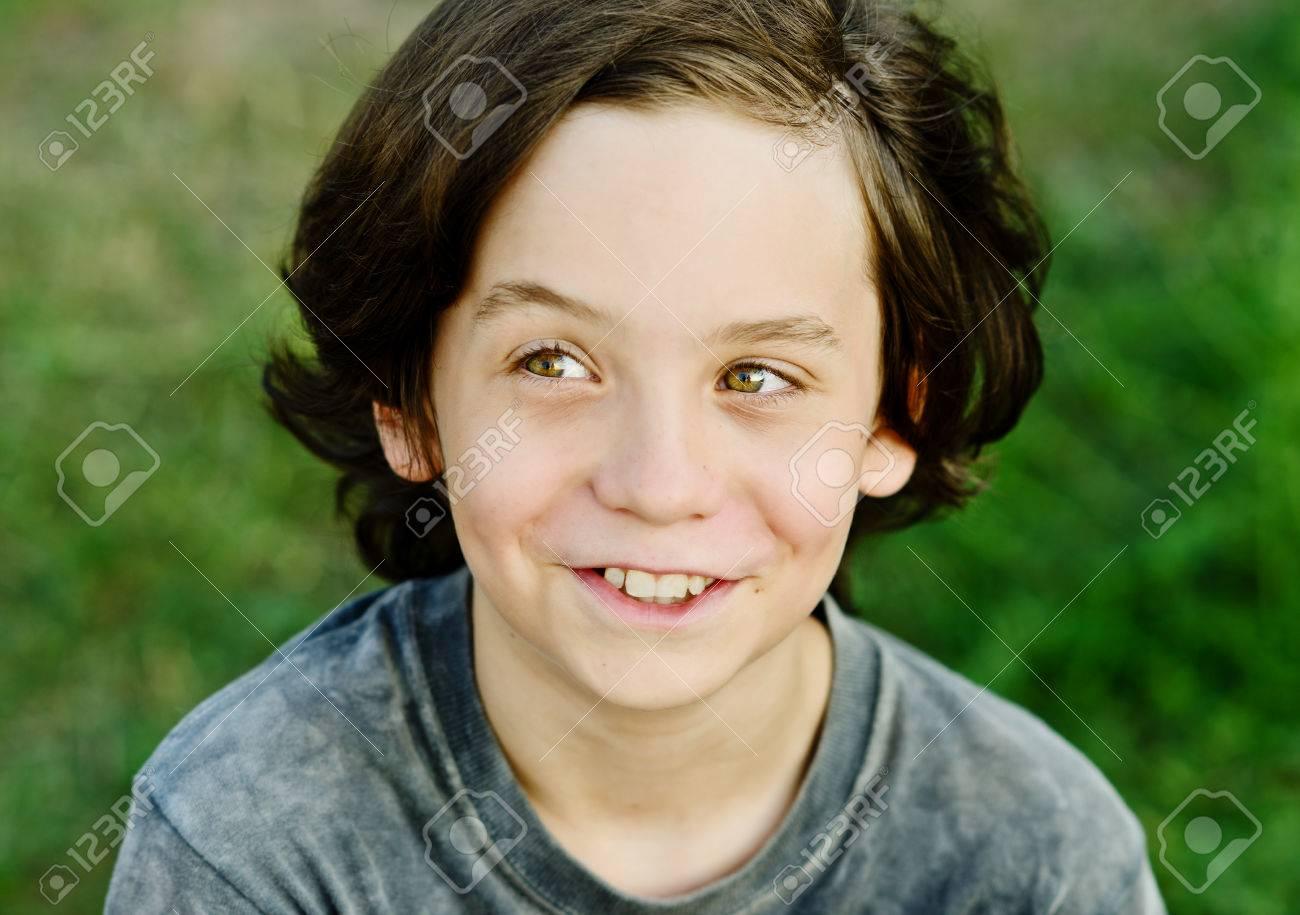 Glücklich Lächelnd Preteen Jungen Mit Langen Haaren Lizenzfreie