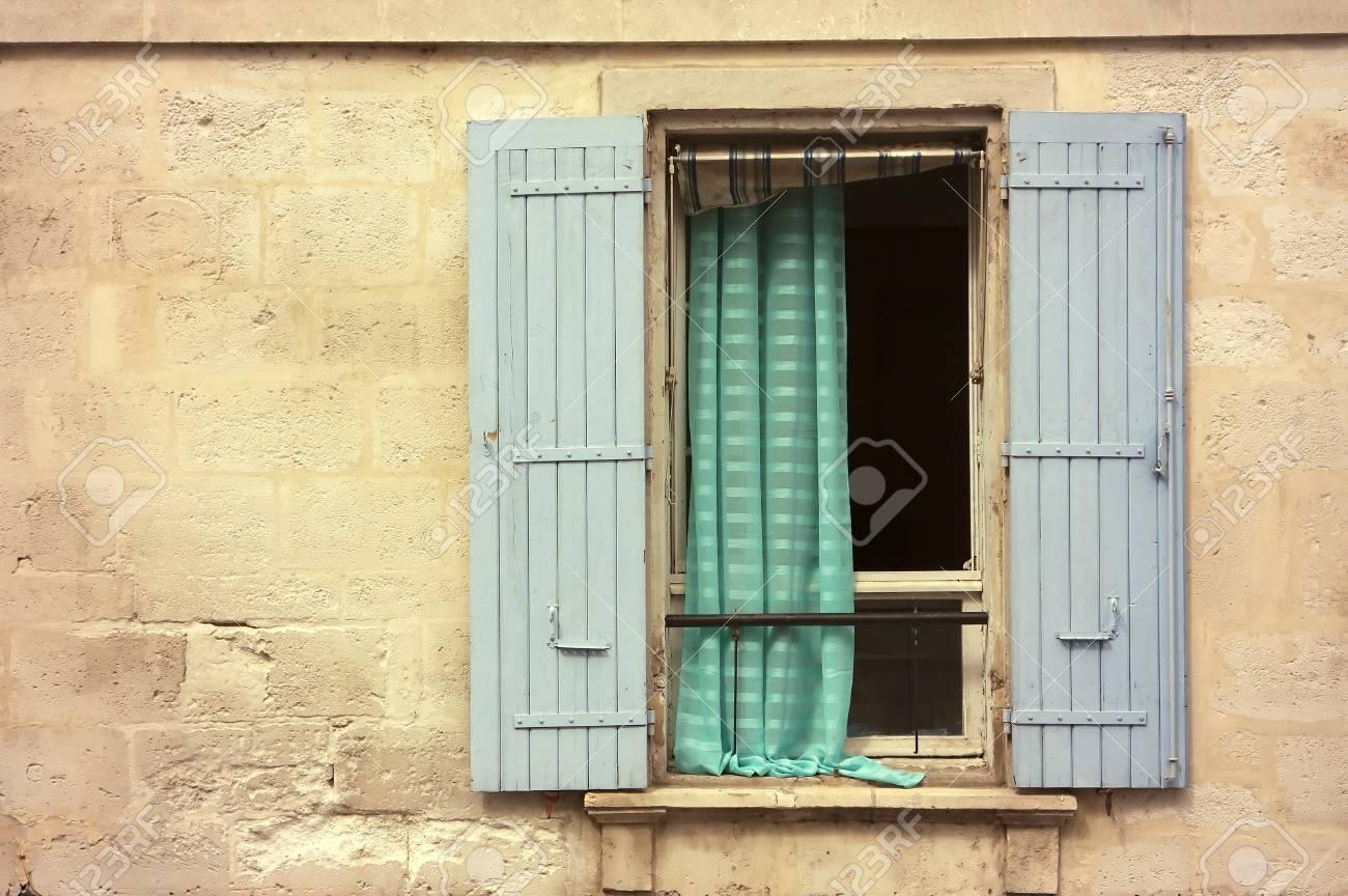 Vieille Fenêtre En Bois Avec Volet Bleu Dans Une Maison En Pierre