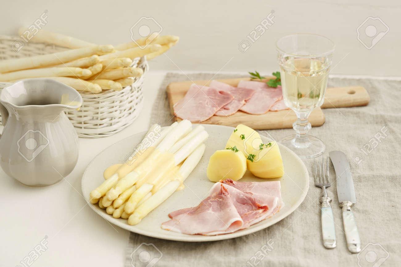 Weißer Spargel Mit Kartoffeln Gekochtem Schinken Und Sauce