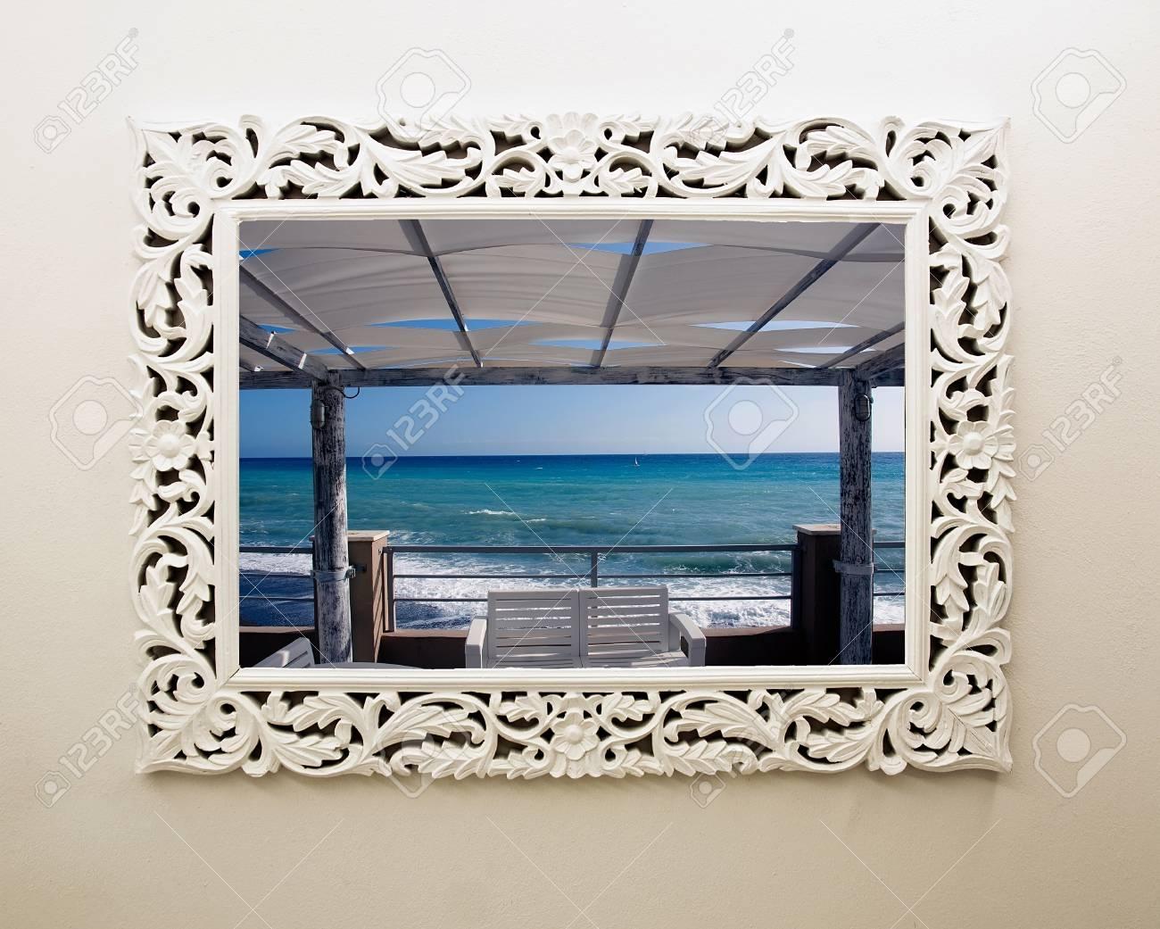 A windows frame open on seasight - 32558779