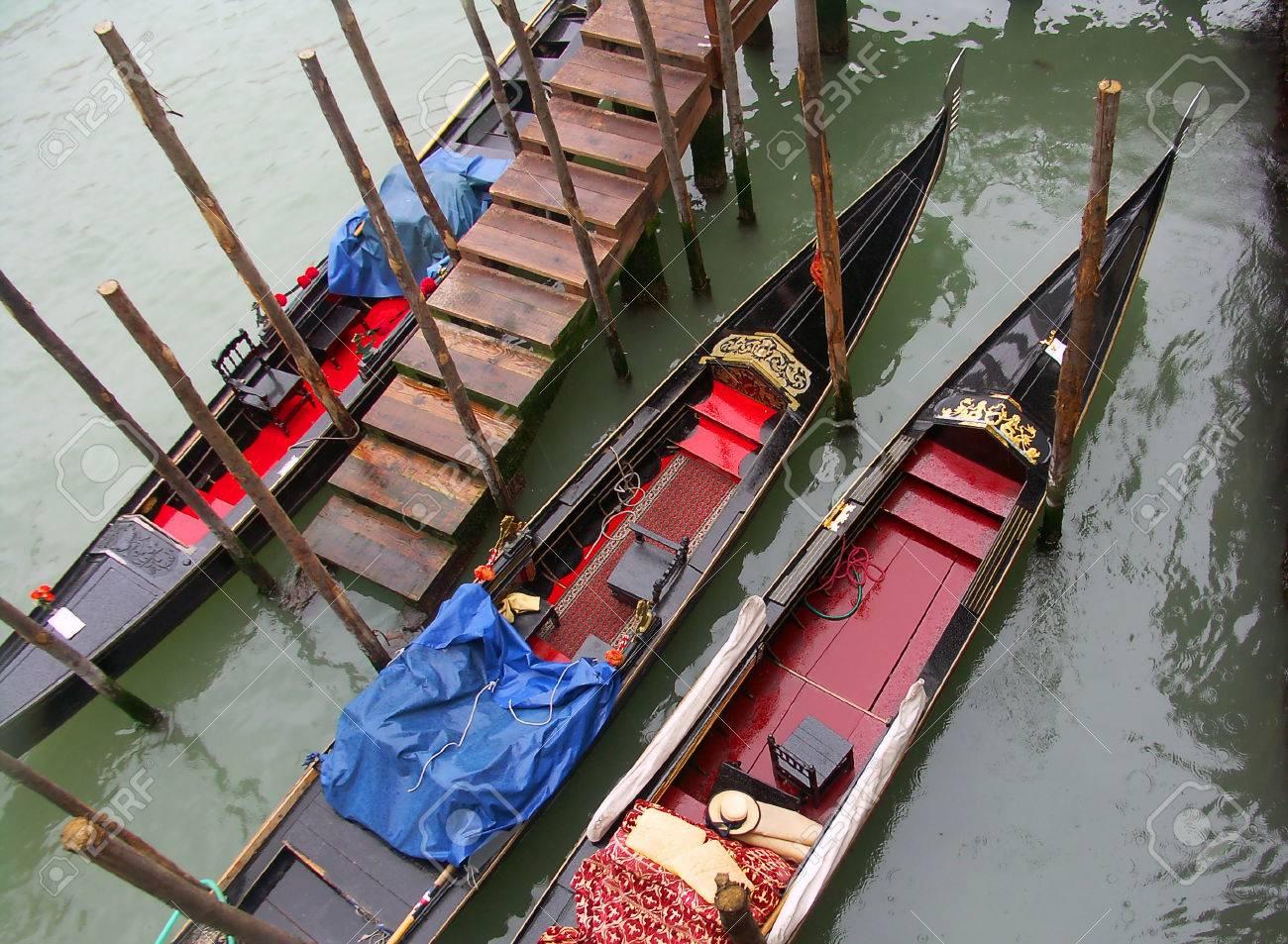 Gondole in Venezia under the rain - 33033105