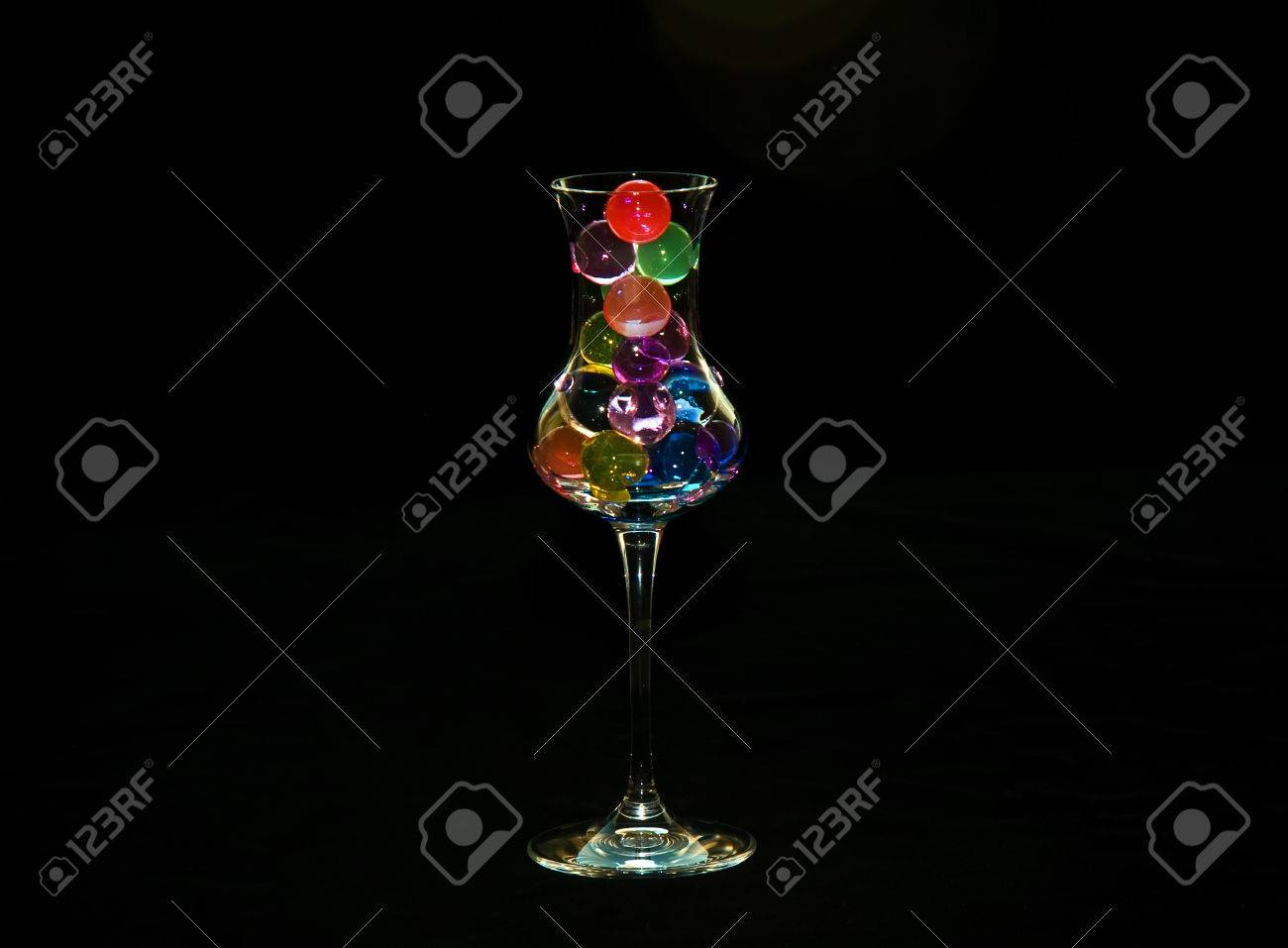 Glass with coloured water hydrogel beads - 33098045