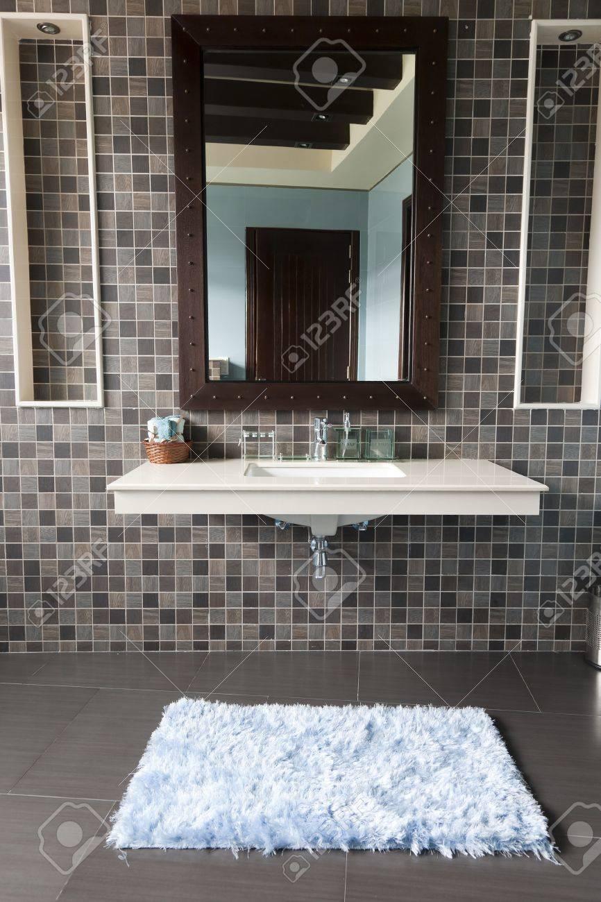 Modernt badrum med vitt tvättställ royalty fria stockfoton, bilder ...