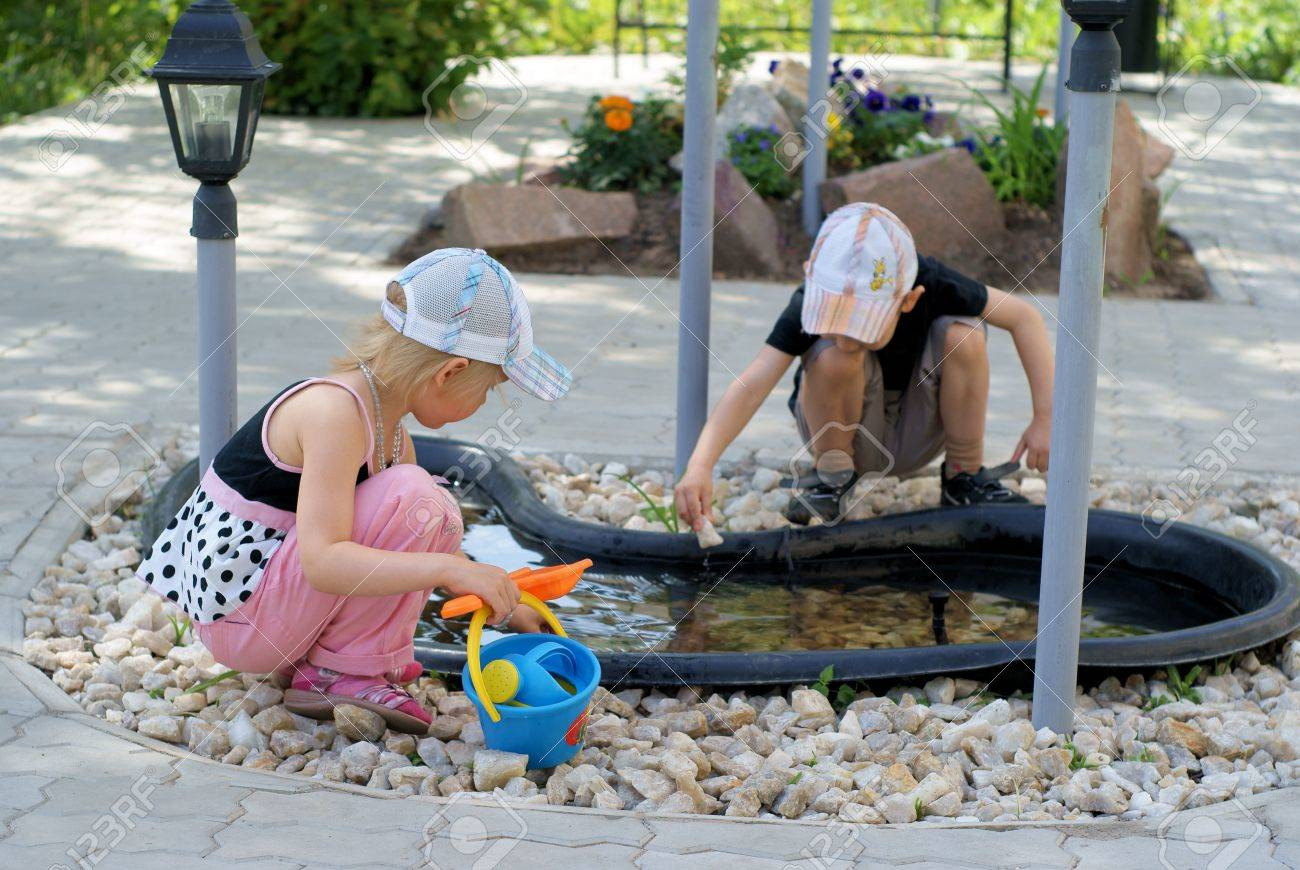 Boy and girl play in the garden in summer Stock Photo - 10273004