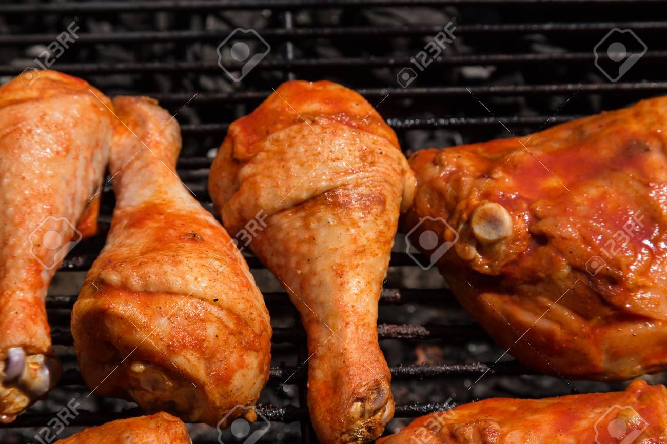 Cuisses De Poulet Barbecue Fumes Cuits Sur Charbon De Bois Banque D