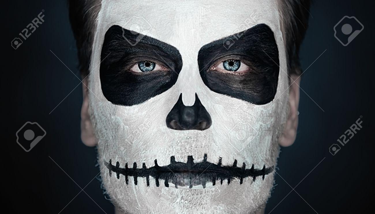 Halloween Schminke Bilder.Portrat Von Schweren Mann Mit Halloween Schadel Make Up Halloween Oder Horror Thema Lizenzfreie Fotos Bilder Und Stock Fotografie Image 32685733