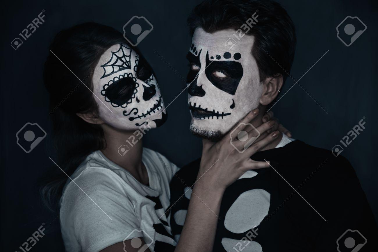 Halloween Schminke Bilder.Halloween Liebende Paar In Kostumen Der Skelette Und Schadel Make Up Frau Erwurgt Einen Mann Lizenzfreie Fotos Bilder Und Stock Fotografie Image 32959557