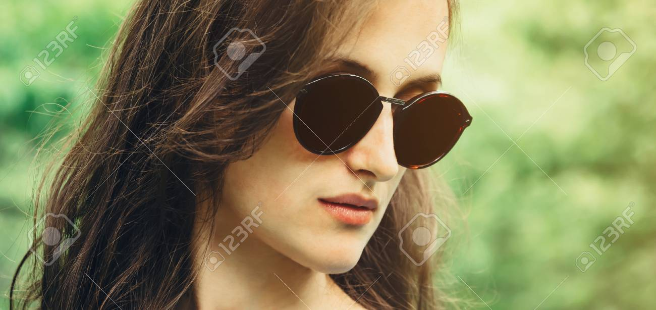 les plus récents super mignon véritable Portrait de la belle femme brune aux cheveux longs en lunettes de soleil en  été