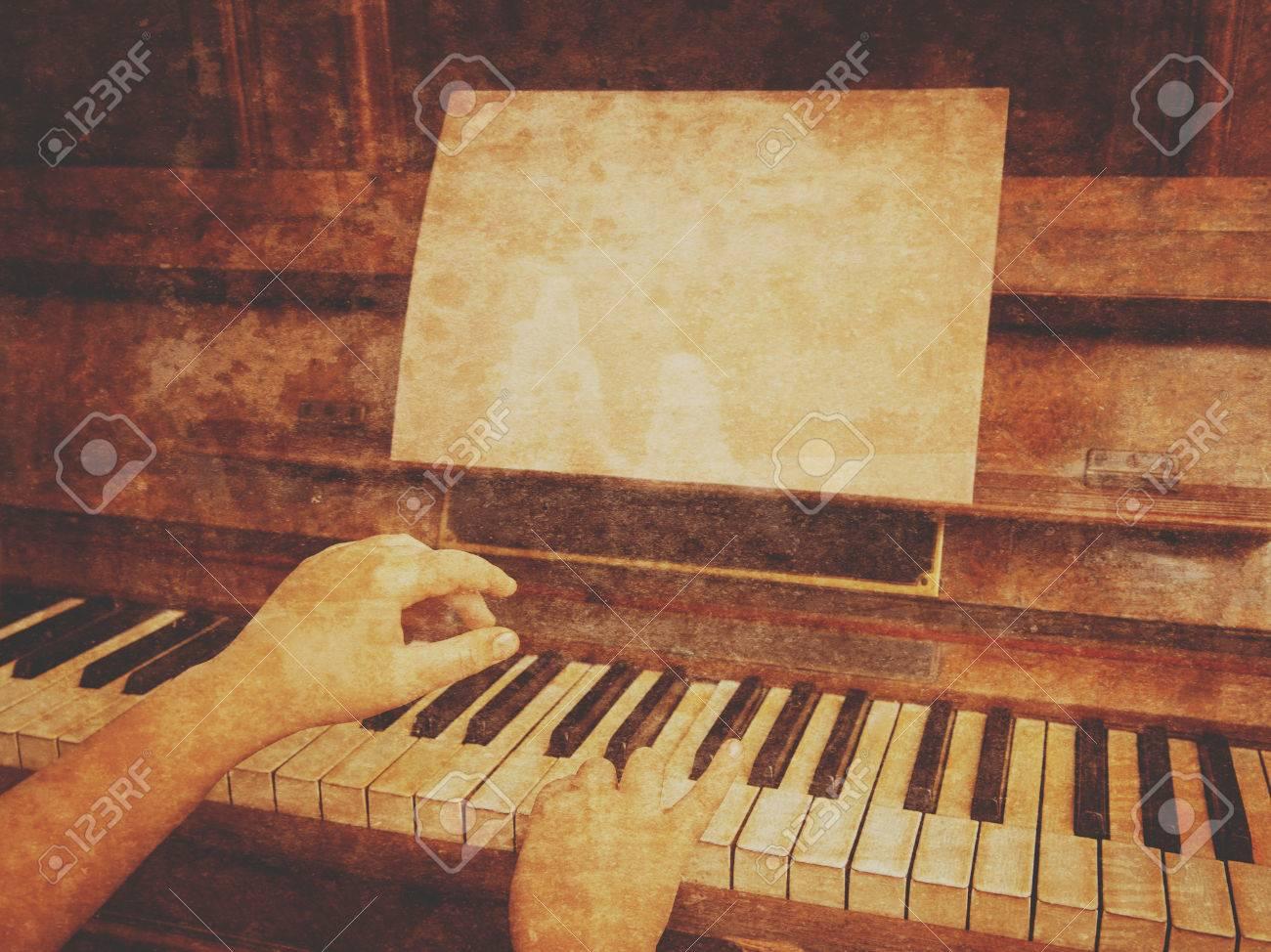 Enfant joue sur le rétro piano sur le bureau vide espace pour le