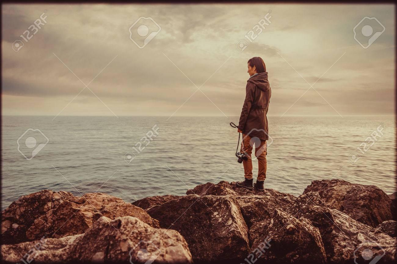 Reisenden Junge Frau, Die Auf Stein Küste Mit Alten Fotokamera Und ...