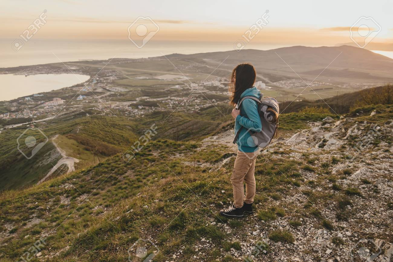 Montagne Soleil Femme Sommet Coucher De Du Sur Jeune Avec DosDebout La À Au Sac Traveler WE2H9DI
