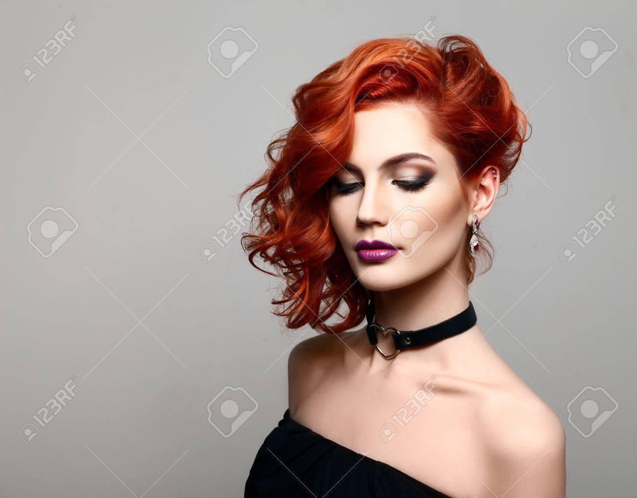 Schönes Modell Mit Dem Gelockten Roten Haar Styling Frisuren Locken