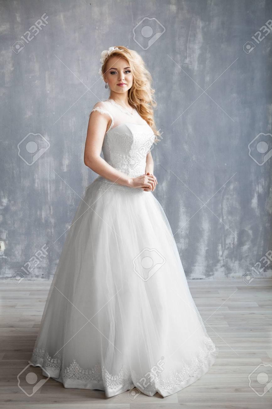 Schone Braut Portrat Hochzeit Make Up Und Frisur Mit Blumen Krone