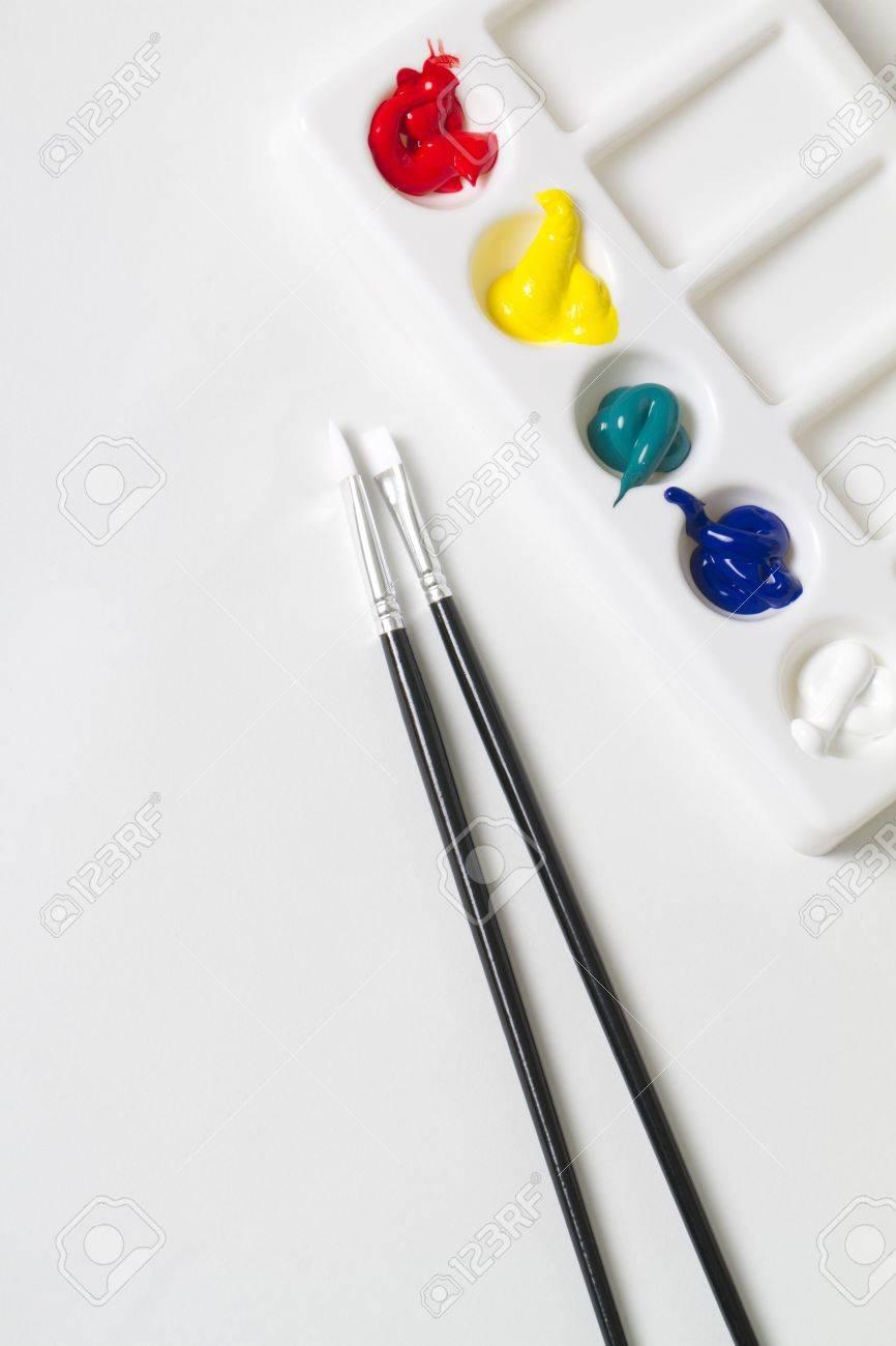 2 Pinceaux à Côté De Peindre Palette De Couleurs Rempli De Rouge