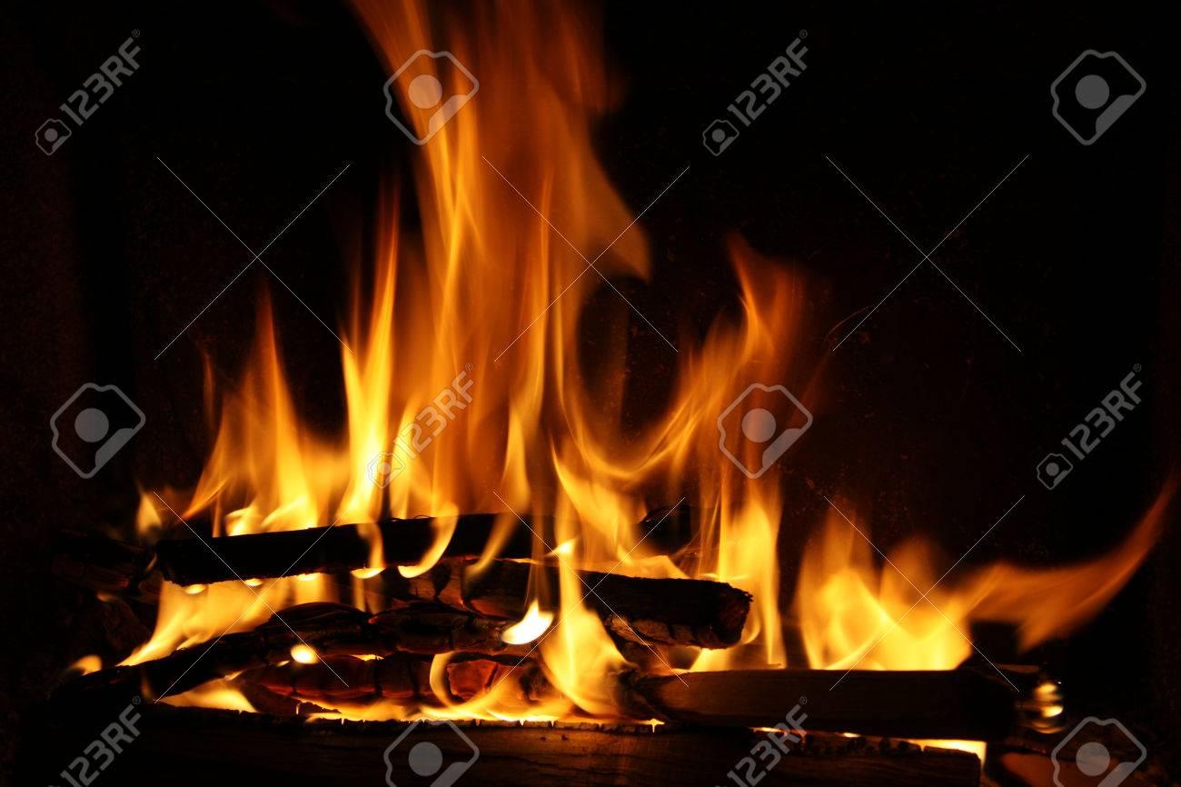 Brand in een open haard, vuur vlammen op een zwarte royalty vrije ...