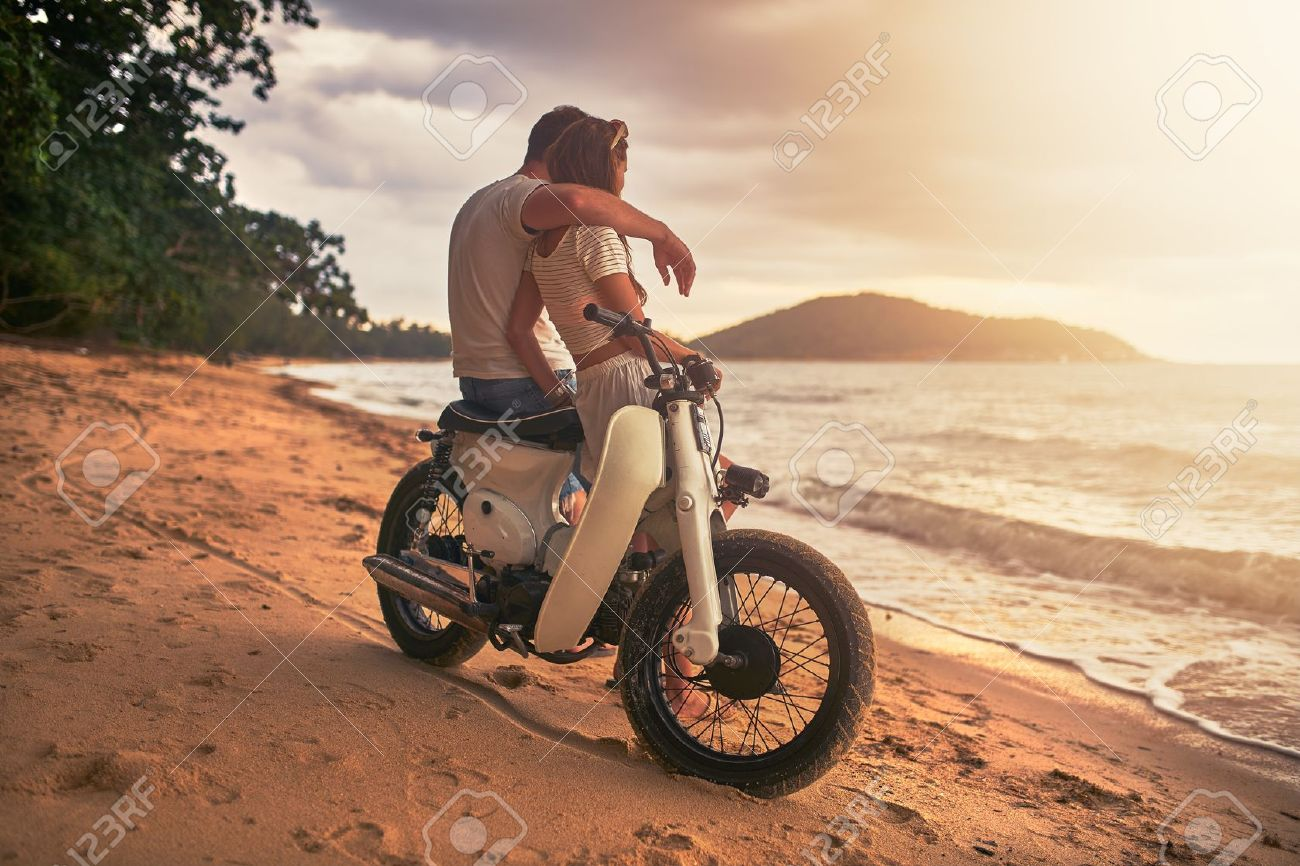 romantic couple sitting on vintage bike watching sunset at koh samui thailand Banque d'images - 73081777