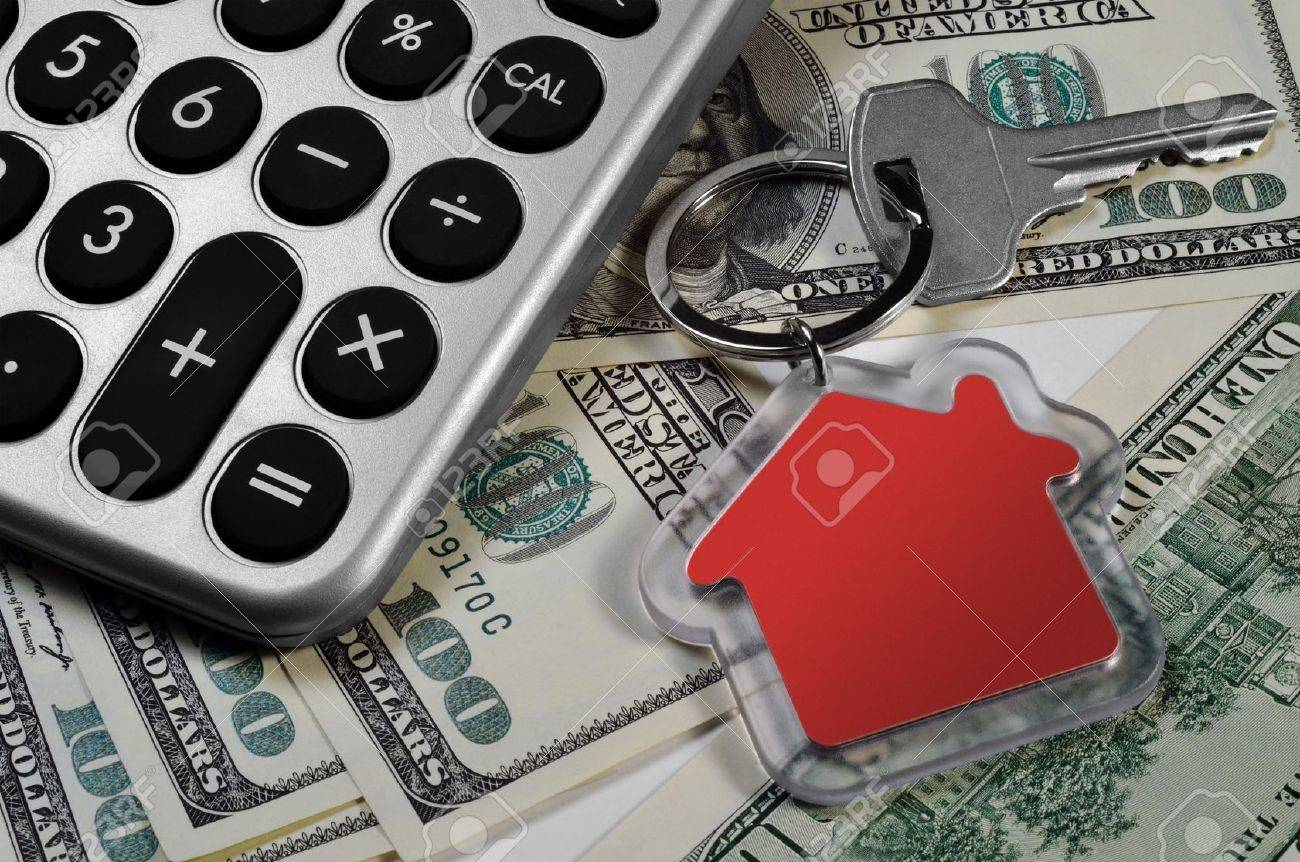 Calculator, money and house key, shallow depth of field - 17321892