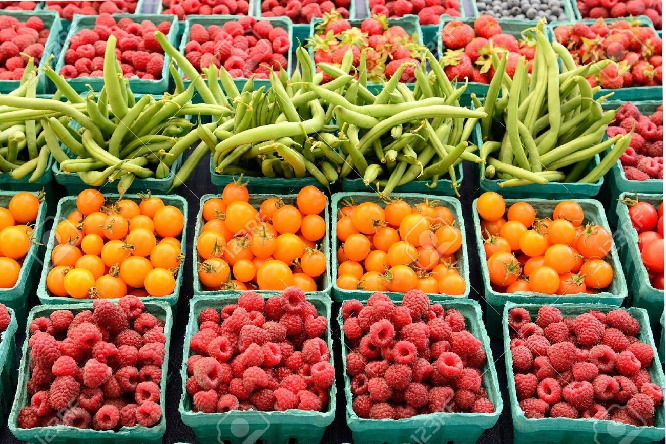 72237513f27 Banque d images - Un vendeur ventes de petits fruits biologiques frais à un  marché de producteurs locaux dans l Oregon