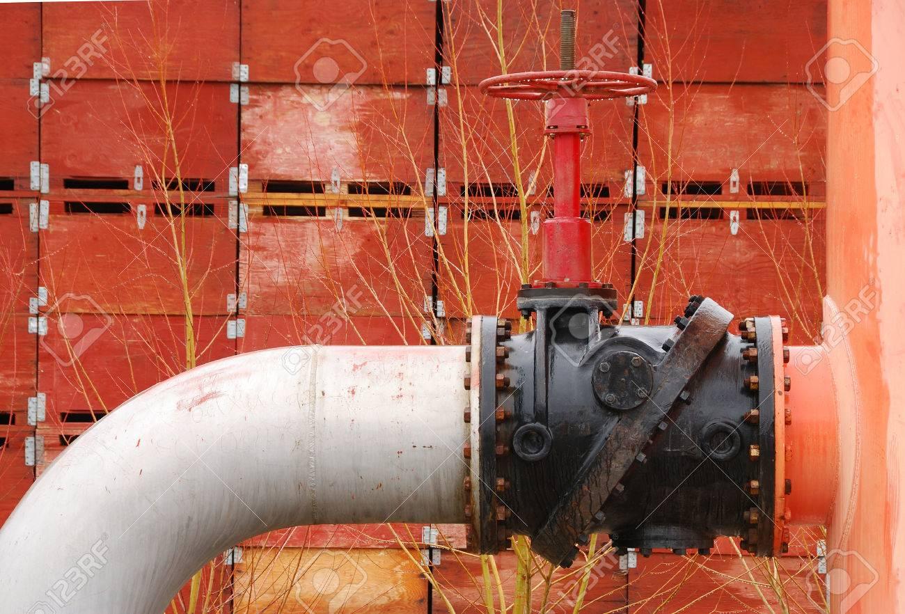 8cdcb326b Foto de archivo - Gran válvula de suministro de agua comercial con tornillo  exterior y la yema de sistema de riego huerto en Wenantchee WA