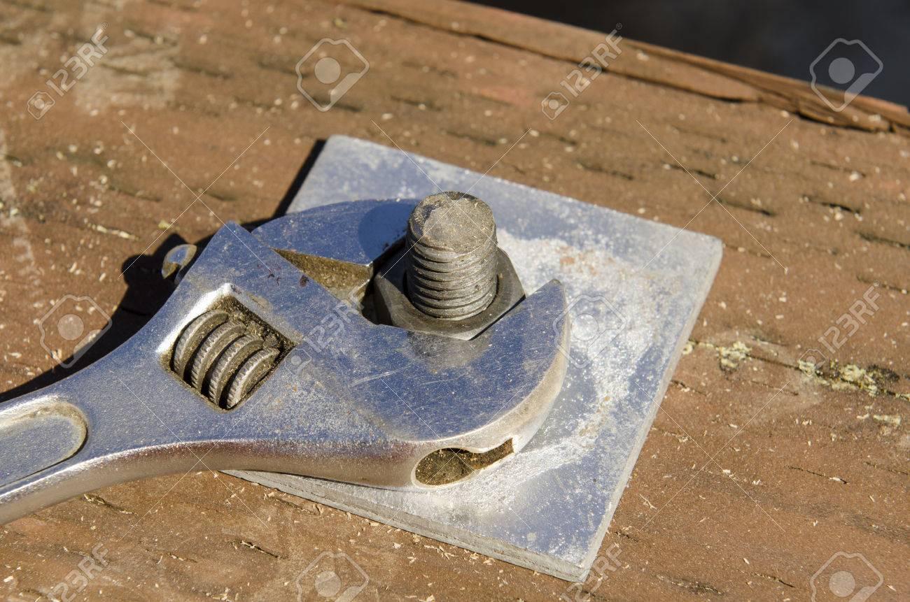 Rahmung Unternehmer Mit Einem Schraubenschlüssel, Um Die Mutter Auf ...