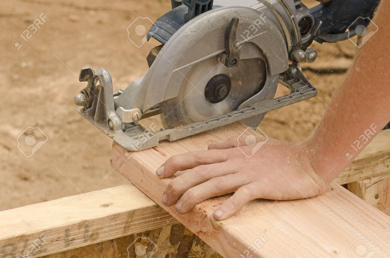 Rahmung Unternehmer Mit Einer Handkreissäge Auf Holzpfosten Auf ...