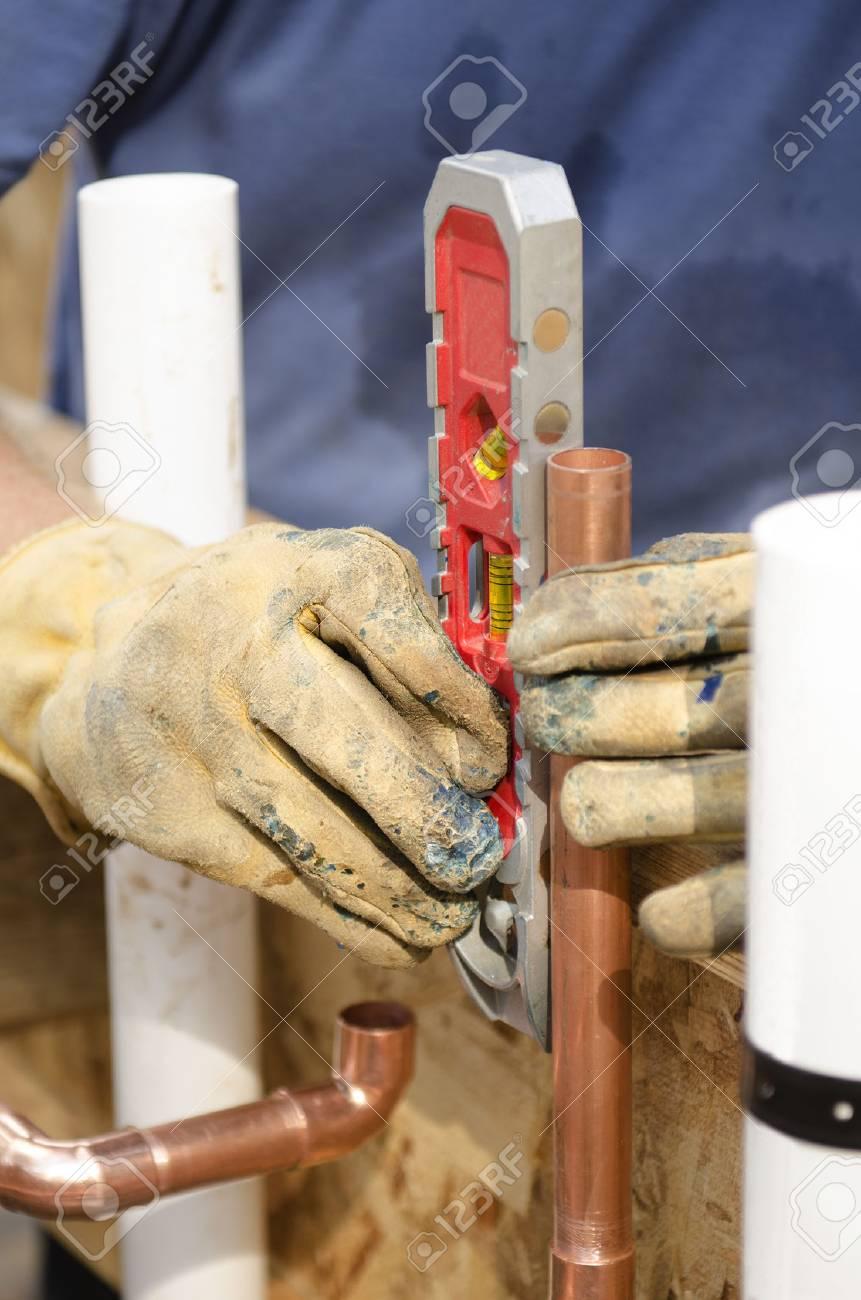 Sanitär Auftragnehmer Arbeitet Auf Dem Kupferrohr Brauchwassersystem ...