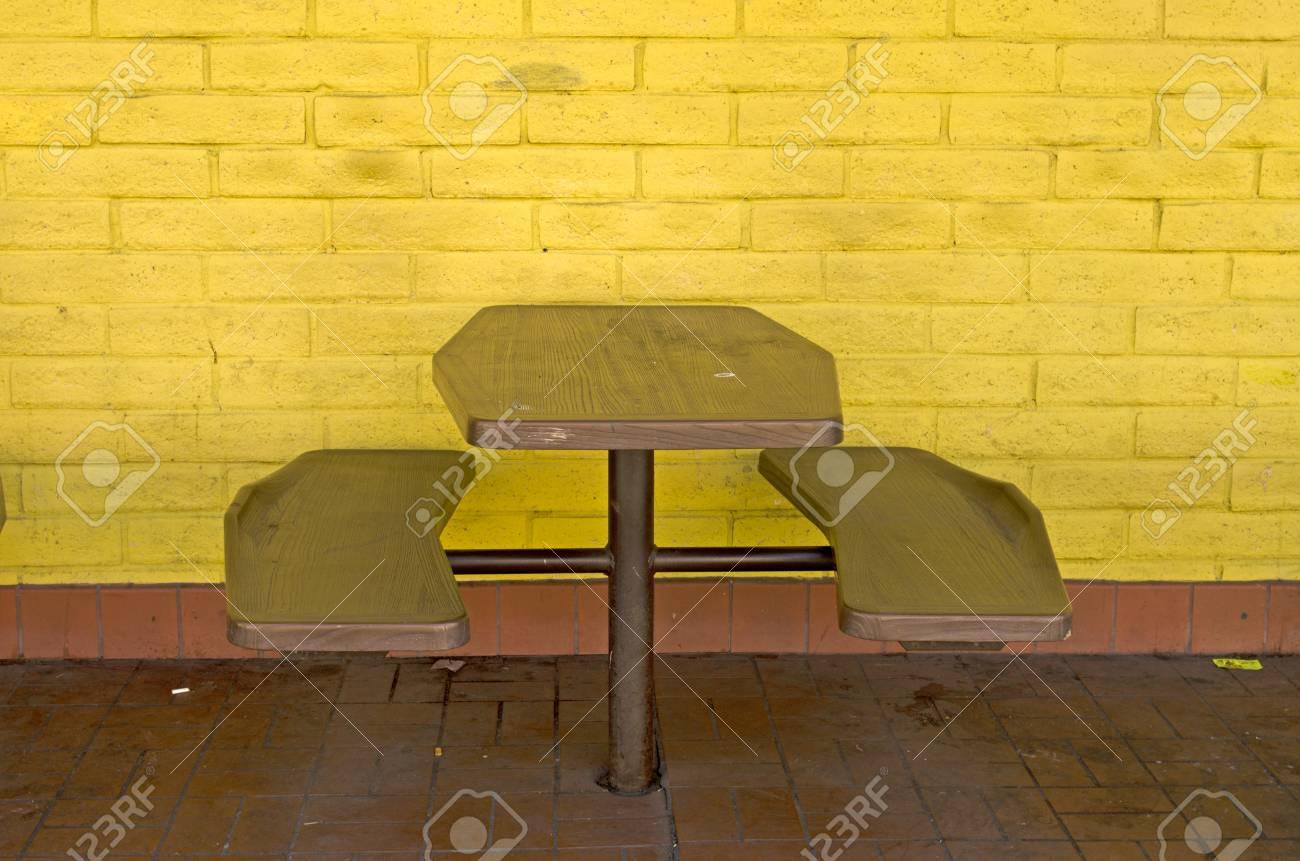 f36875f9a82f Foto de archivo - Mesa y sillas en un restaurante vacante de comida rápida  en el centro de la ciudad