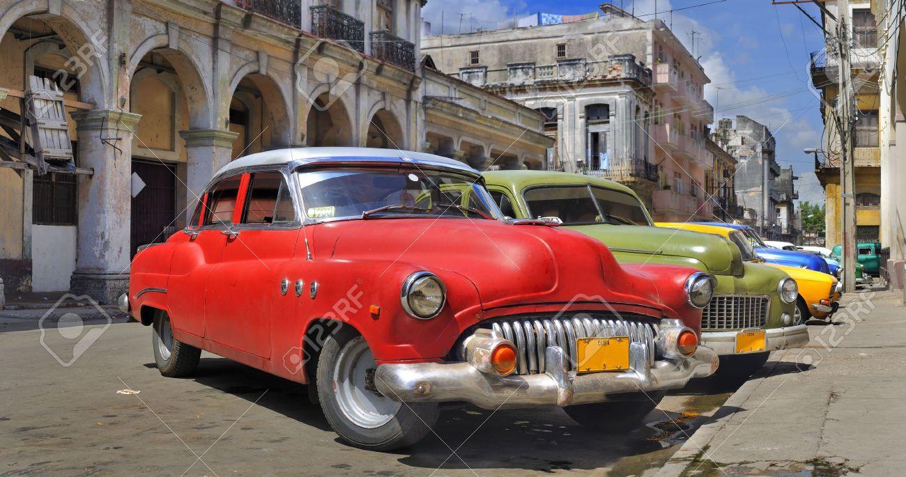 Alter Amerikanischen Klassische Autos Geparkt In Einer Straße Havana ...