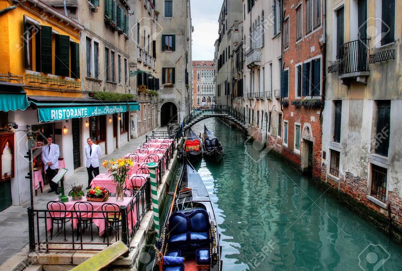 13715592-Kleines-romantisches-Restaurant-auf-venezianischen-Kanal-am-Abend-in-Venedig-Italien-Lizenzfreie-Bilder.jpg