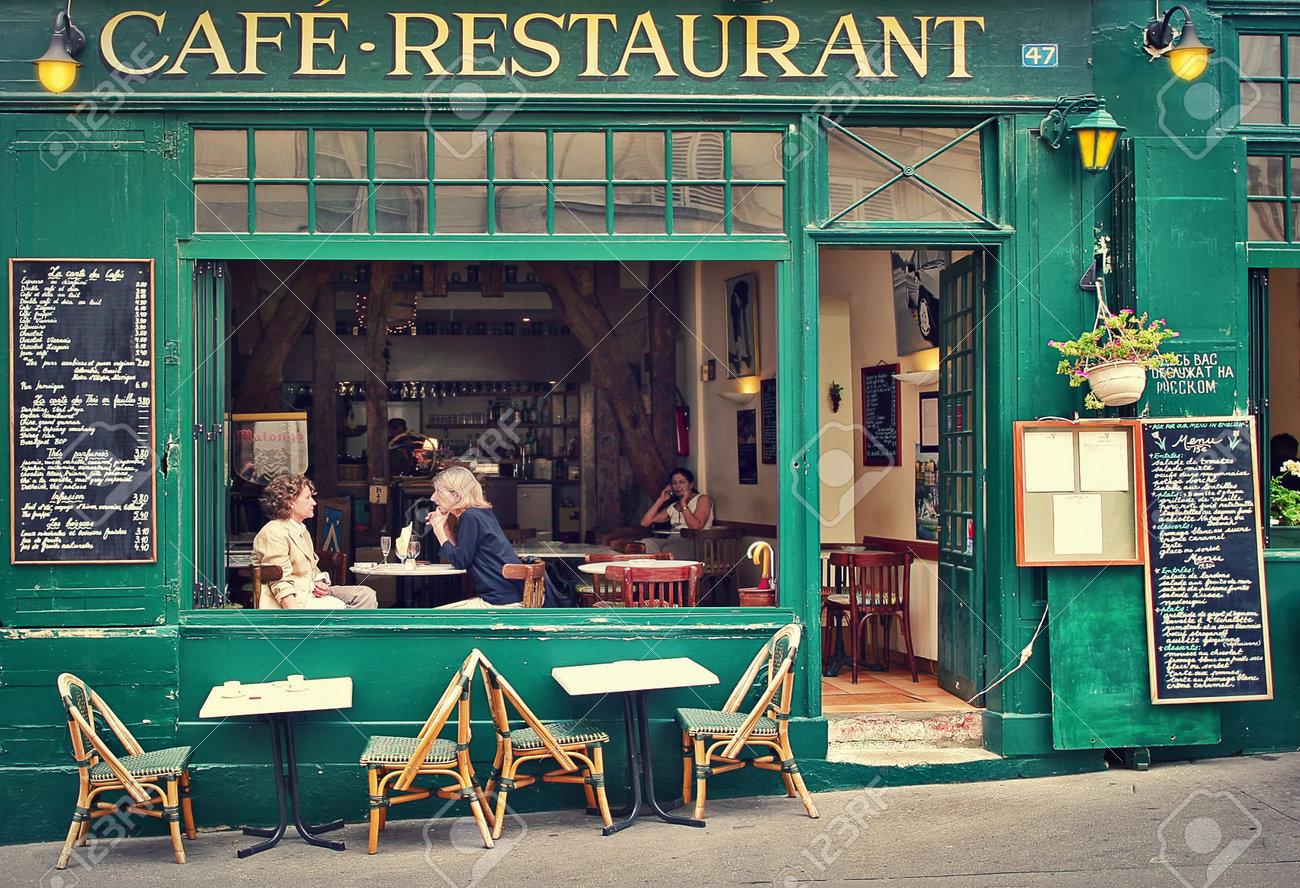 Paris Juillet 08 Deux Femmes Assises Sur Une Terrasse Ouverte En
