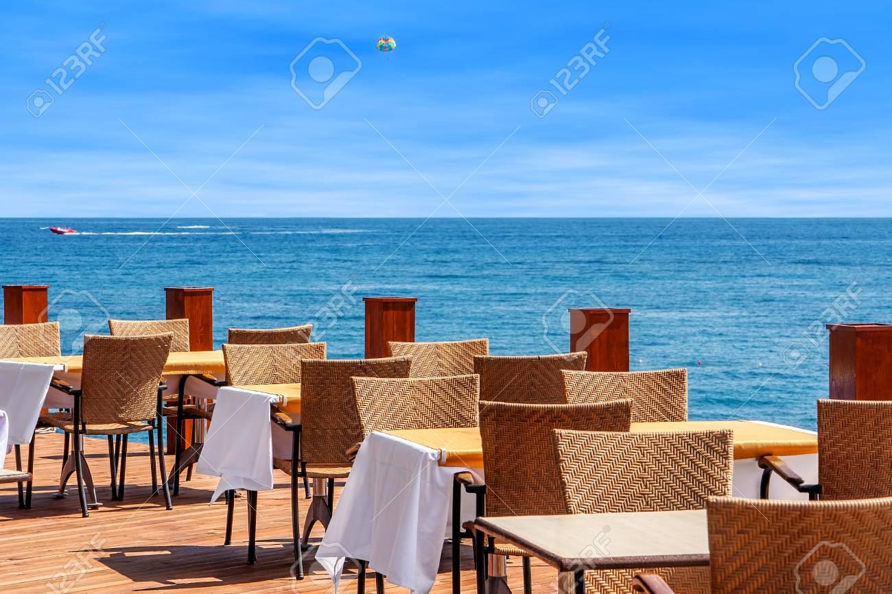 Mar Sedie E Tavoli.Tavoli E Sedie Sulla Terrazza Ristorante All Aperto Con Vista Sul Mar Mediterraneo A Kemer Turchia
