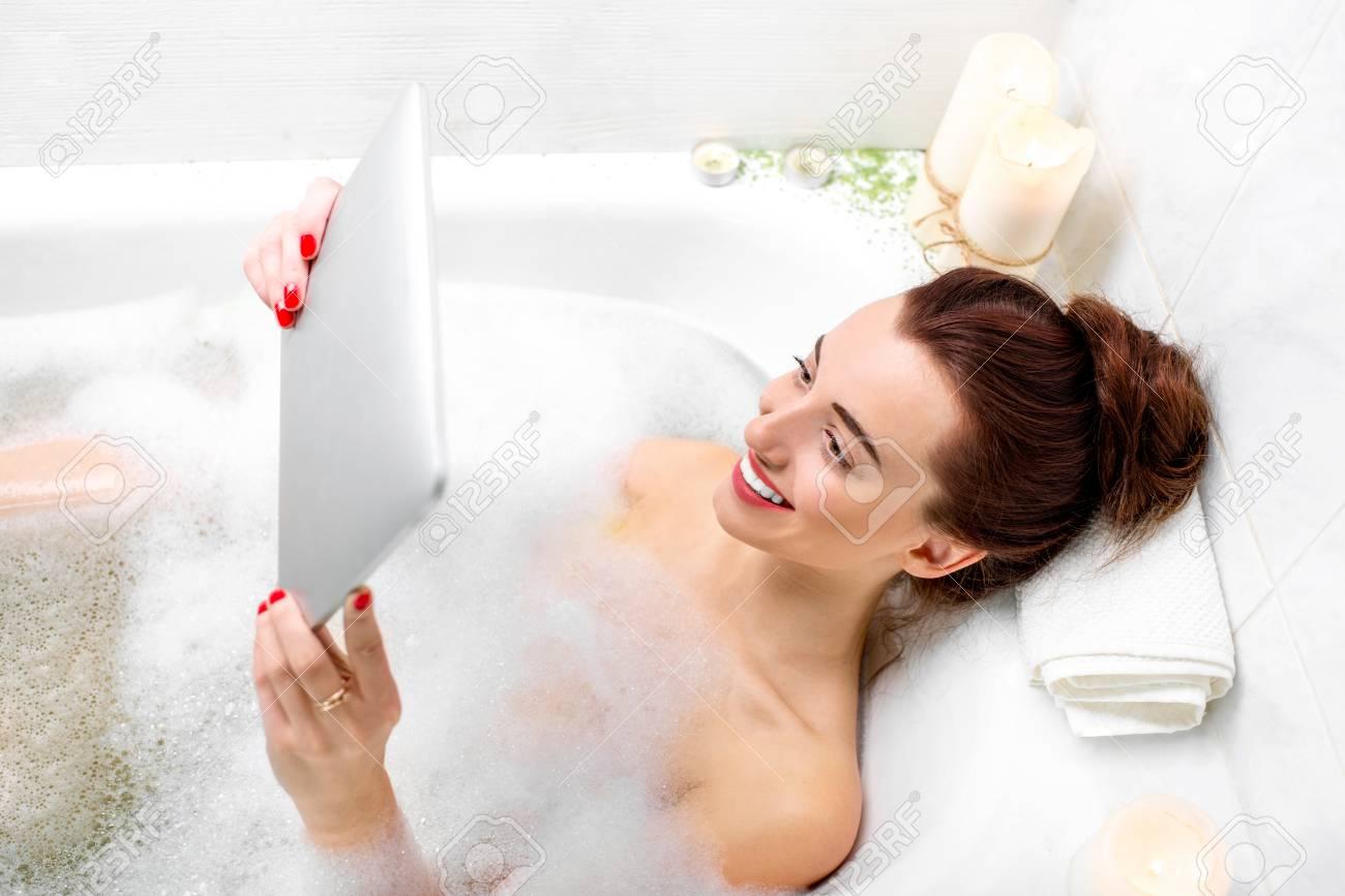 Immagini Stock Giovane Donna Godendo Di Caffe Mentre Si Trovava Nella Vasca Da Bagno Con Schiuma E Candele Image 35453254