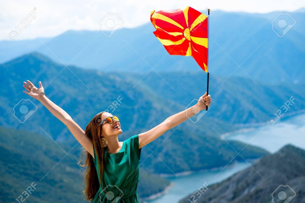 Joven Mujer Feliz En El Vestido Verde Que Sostiene La Bandera De Macedonia En La Cima De La Montaña Cerca Del Lago Kozjak En Macedonia Promover El