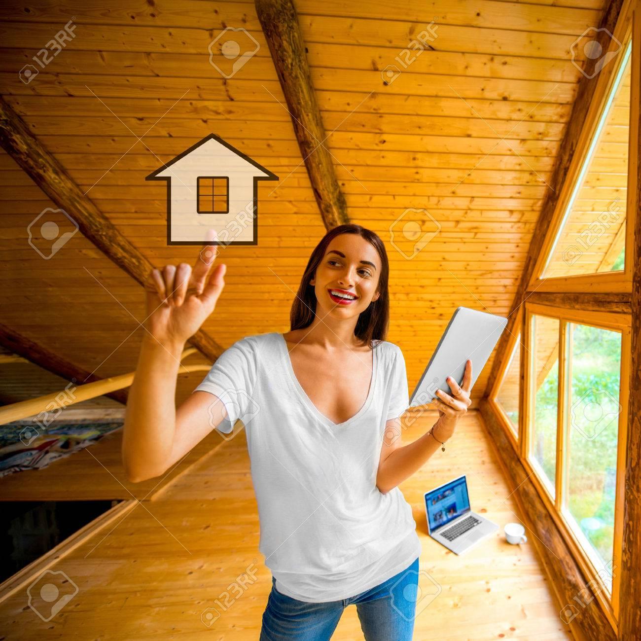 Jonge En Leuke Vrouw Het Ontwerpen Of Het Projecteren Van Een Huis ...